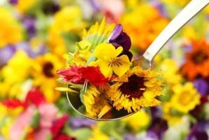 A aparut cartea de bucate care arata cum poti transforma florile in delicii culinare