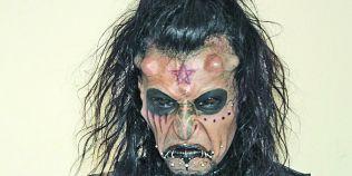 FOTO Omul-diavol, alungat de familie