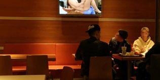 FOTO Gafa la fast-food: cum au ajuns angajatii McDonald's sa le serveasca pornografie clientilor