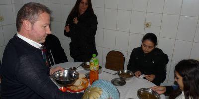 Ingerul saracilor: povestea preotului pitestean care hraneste zeci de familii nevoiase