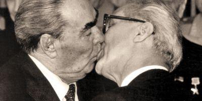 Sarutul dintre doi barbati care a oripilat lumea: dovada legaturii stranse dintre liderii comunisti Leonid Brejnev si Eric Honecker