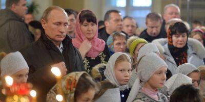 VIDEO Vladimir Putin, singur la slujba de Craciun pe stil vechi, intr-o biserica unde au fost botezati parintii sai