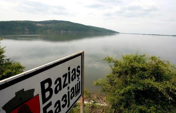 Plimbari cu catamaranul, in locul in care Dunarea