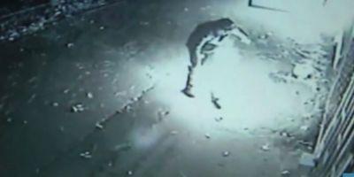 VIDEO Scene terifiante la Galati: doi oameni ai strazii au fost stropiti cu benzina si incendiati de un necunoscut