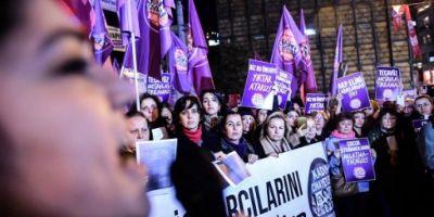 Mii de persoane au protestat la Istanbul fata de un proiect de lege care propune achitarea unor barbati condamnati pentru viol de minore