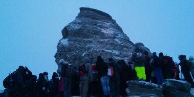 FOTO VIDEO Zeci de curiosi s-au strans la baza Sfinxului din Bucegi pentru