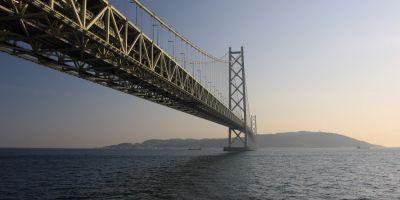 VIDEO Cel mai lung pod suspendat din lume e traversat zilnic de 23.000 de masini si rezista la cutremure de 8,5 pe scara Richter