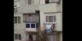 VIDEO Brailean filmat pescuind cu undita haine de pe balconul unui vecin aflat la un etaj inferior