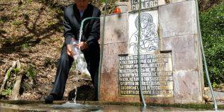 Izvorul cu leac al lui Arsenie Boca din padure. Zeci de kilograme de monede au fost lasate multumire in locul ascuns