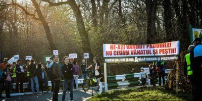 FOTO La Sibiu au iesit si pescarii si vanatorii sa protesteze in strada:
