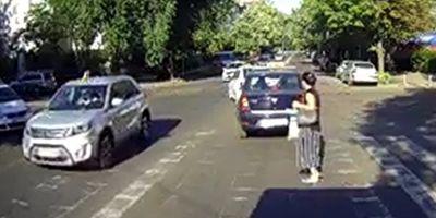 VIDEO Cum risti sa mori in Romania in timp ce traversezi strada pe zebra: o femeie, in pericol de cateva ori in doar cateva secunde