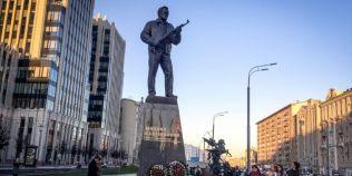Statuia lui Kalasnikov, modificata la cateva zile de la inaugurare, din cauza unei greseli monumentale