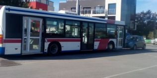 Un autobuz cu usi de termopan, surprins in capitala Bulgariei, face senzatie pe internet