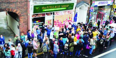 Miting de solidaritate organizat de britanici in fata magazinului romanesc care a fost incendiat la Norwich
