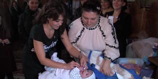A fost botezat bebelusul abandonat de mama in curtea Spitalului Judetean Buzau. Cine sunt nasii