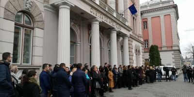 VIDEO Aplauze si flori pentru cei o suta de magistrati au protestat in tacere la Cluj: