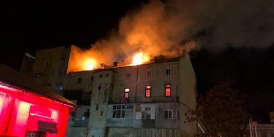 UPDATE FOTO VIDEO Incendiu devastator in centrul Constantei. Arde mansarda unei cladiri din intersectia de la Miga, vizavi de Muzeul de Arta