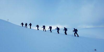 Sapte schiori blocati pe munte, pe un traseu stancos. Jandarmii montani nu pot ajunge la ei