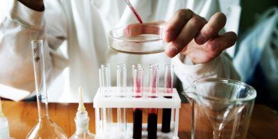 Biologii, biochimistii si chimistii din sistemul sanitar protesteaza in fata Ministerelor Sanatatii si Muncii